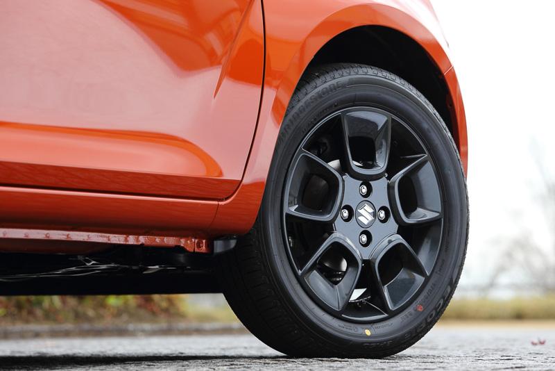 HYBRID MZとHYBRID MXは、ブラック塗装のアルミホイールと175/60 R16サイズのタイヤを組み合わせて採用