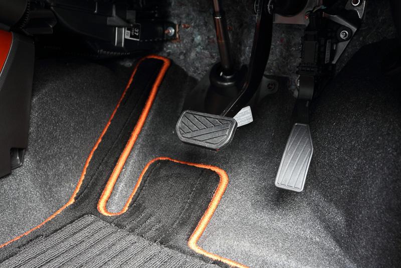 運転席の足下にはアクセルペダルとブレーキペダルを設定。パーキングブレーキは手で引き起こすサイドブレーキタイプ