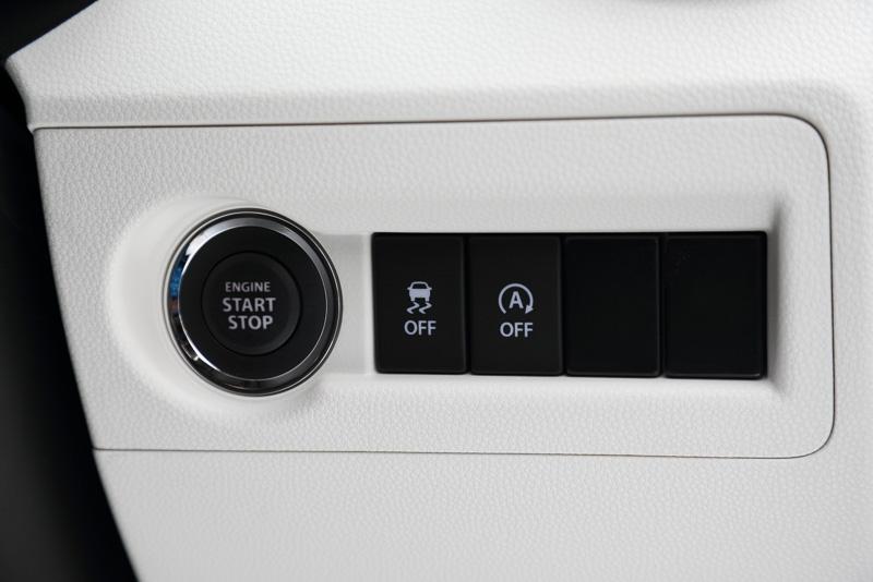 エンジンスタートスイッチはステアリングの右側にある。エントリーグレードのHYBRID MGのみ従来的なキーを差し込むスタイルとなる