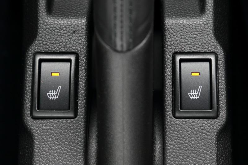 運転席シートヒーターを全車標準装備。4WD車は助手席シートヒーターも追加される