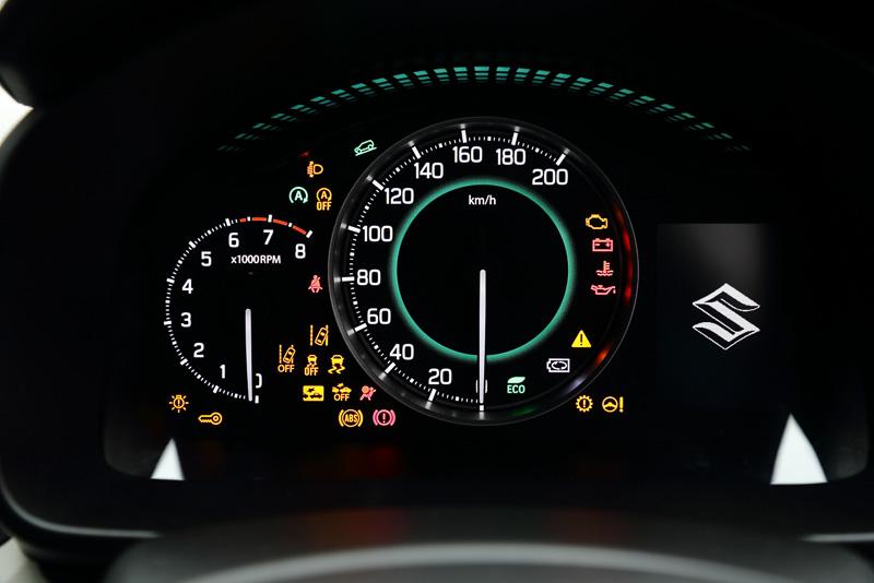 メーターパネル。エンジン始動前の警告灯が全点灯したところ