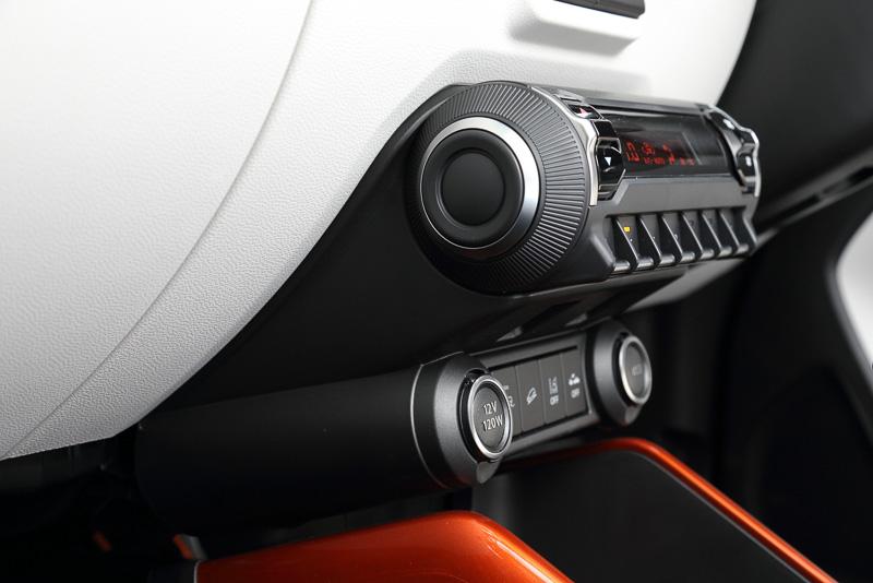 独自性の強いデザインが与えられたエアコンの操作パネル