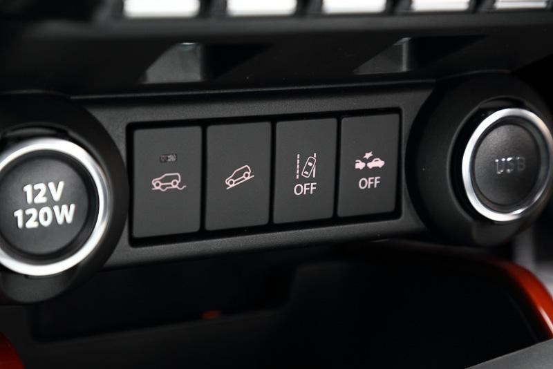 シフトレバーの前方には、走行モードや安全装備のスイッチをレイアウト。その左右にはDC12VのソケットとUSBポートがある