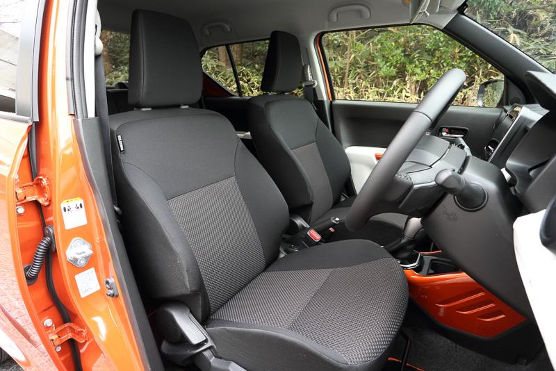 フロントシート。シート表皮は全車ファブリック