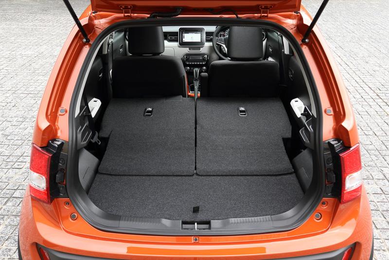 両方のリアシートを格納すると荷室容量が最大の415Lに拡大する