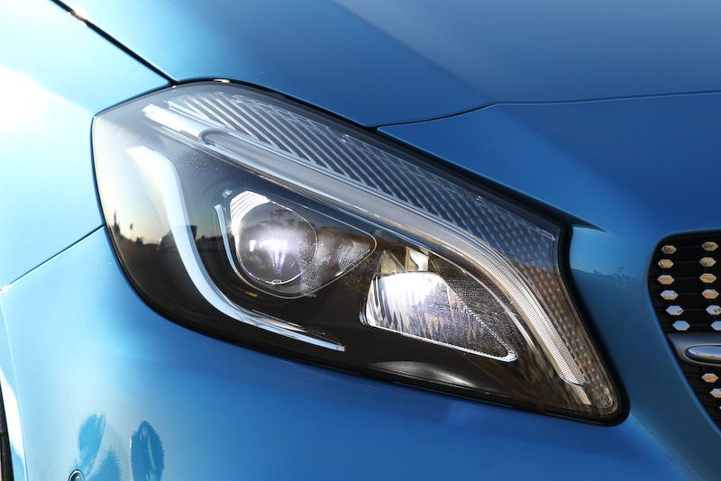 新型Aクラスではヘッドライト、ポジショニングライト、ウインカーにLEDを使用する「LEDパフォーマンスヘッドライト」はA 180 Styleのぞく全モデルに標準装備