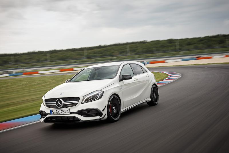 こちらは直列4気筒2.0リッター直噴ターボエンジンに7G-DCTを組み合わせる「Mercedes-AMG A 45 4MATIC」。写真は海外仕様だが、日本販売モデルのボディサイズは4370×1780×1420mm(全長×全幅×全高)。最高出力は280kW(381PS)/6000rpm、最大トルクは475Nm(48.4kgm)/2250-5000rpmを発生。JC08モード燃費は12.6km/Lとアナウンスされている。価格は713万円