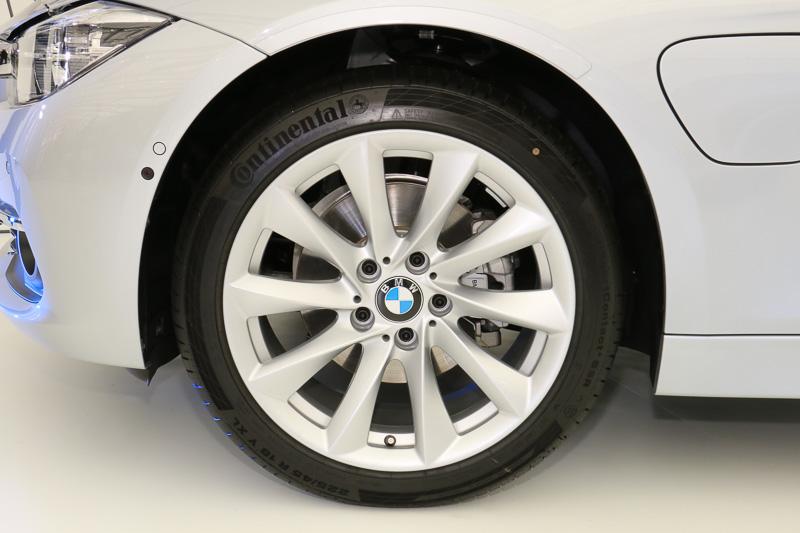 展示車両はオプション品のタービン・スタイリング415 アロイ・ホイールを装着しており、これに伴い、タイヤサイズも純正の225/50 R17から225/45 R18に変更