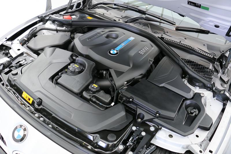 エンジンは直列4気筒DOHC 2.0リッターBMWツインパワー・ターボの「B48B20A」型。エンジン単体で最高出力135kW(184PS)/5000rpm、最大トルク270Nm(27.5kgm)/1350-4600rpmを発生。モーターを内蔵する8速ATと組み合わせ、システムトータルの最高出力は185kW(252PS)、最大トルクは420Nm(42.8kgm)となる