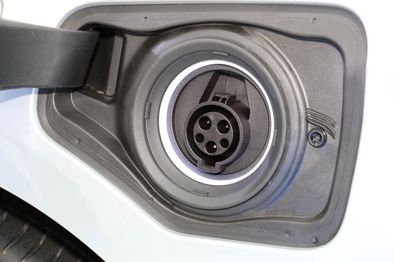 外部電源から電力を受けとる充電ポートは助手席側のフロントフェンダー後方に設定。リッドに充電状態などを見分けるためのステッカーが貼られている