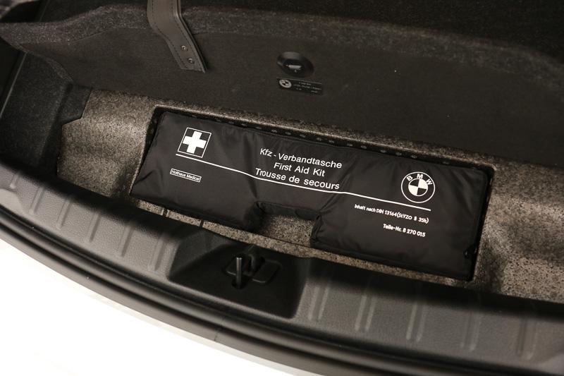 走行用のリチウムイオンバッテリーをリア車軸間のトランクフロア下に搭載するが、荷室容量は通常時で370Lをキープ。フロア下にはファーストエイドキットを備える