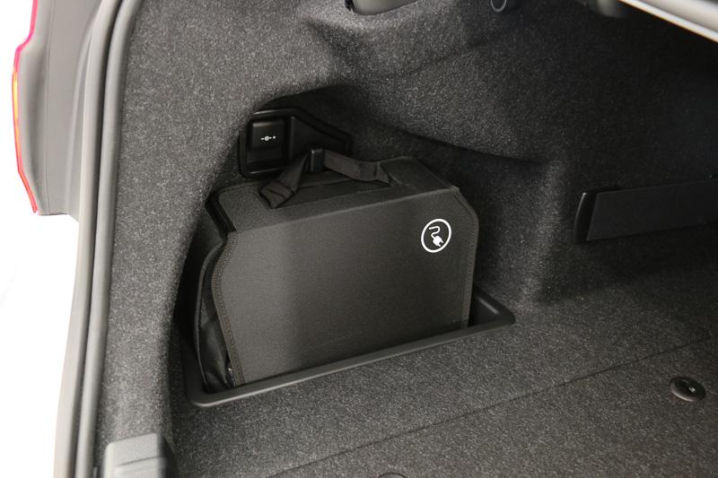 トランク側面に充電用のケーブルを収納
