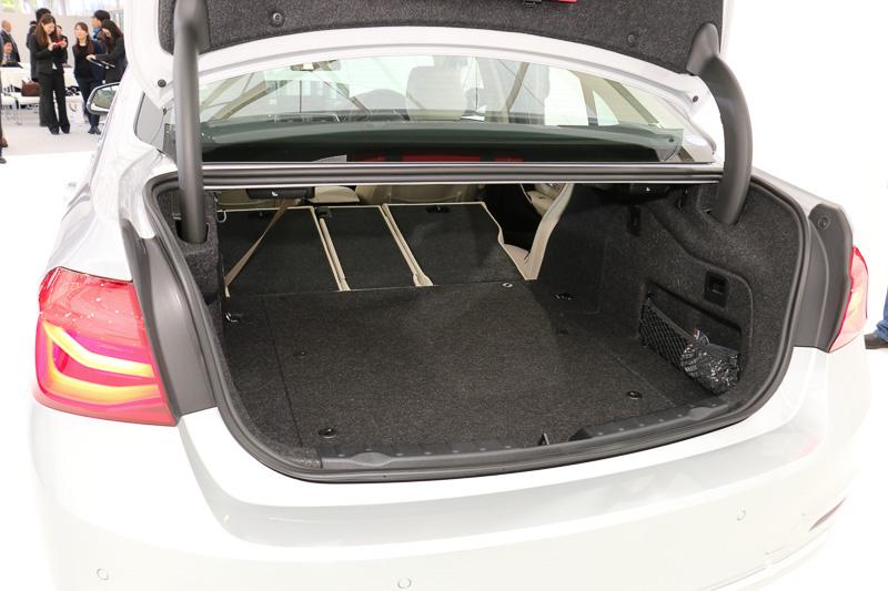 リアシートのシートバックはトランク側からの操作で前方に倒すことが可能。トランクスルーで容量を拡大できる