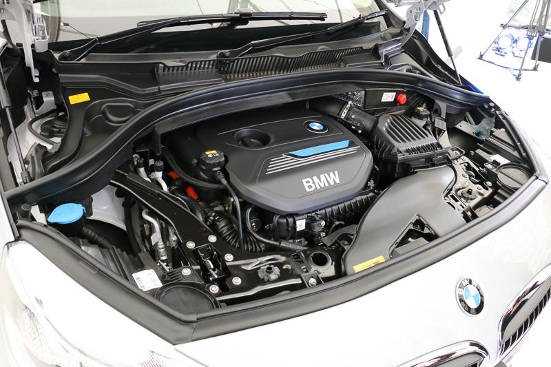エンジンは直列3気筒DOHC 1.5リッターBMWツインパワー・ターボの「B38A15A-P160」型。エンジン単体で最高出力100kW(136PS)/4400rpm、最大トルク220Nm(22.4kgm)/1250-4300rpmを発生。これに合わせ、後輪を駆動させる最高出力65kW(88PS)/4000rpm、最大トルクは165Nm(16.8kgm)/3000rpmのモーターを装備して、システムトータルの最高出力は165kW(224PS)、最大トルクは385Nm(39.3kgm)となる