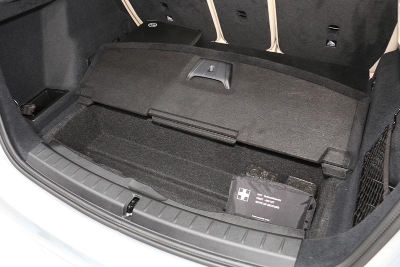 駆動用のリチウムイオンバッテリーは後輪車軸間に収め、フロアより上のラゲッジスペースに影響を与えていない。フロア下の収納スペースはリアオーバーハング側だけとなる