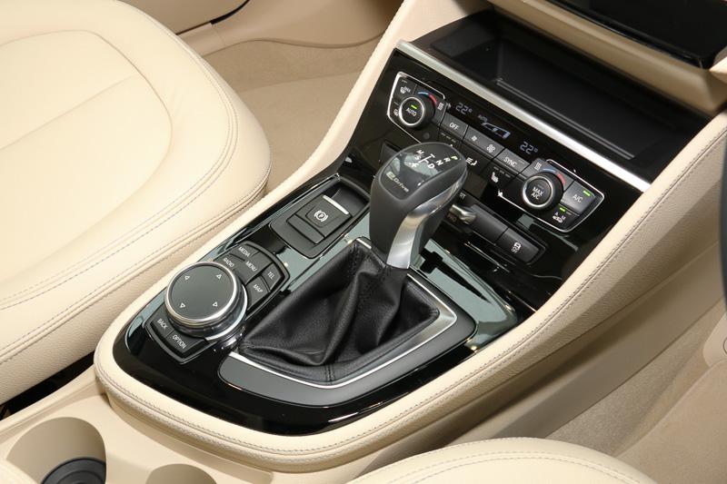 トランスミッションは6速AT。シフトセレクター前方に3種類の走行モードを切り替えるための「eDriveボタン」を設置
