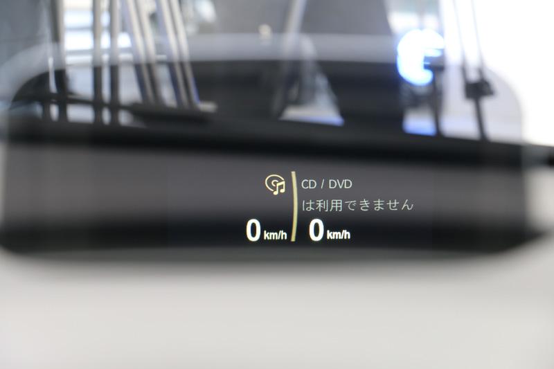 運転席の前方にスピードやナビのターンバイターン表示などを投影する「BMWヘッドアップ・ディスプレイ」のコンバイナを装備。全車オプション設定となる