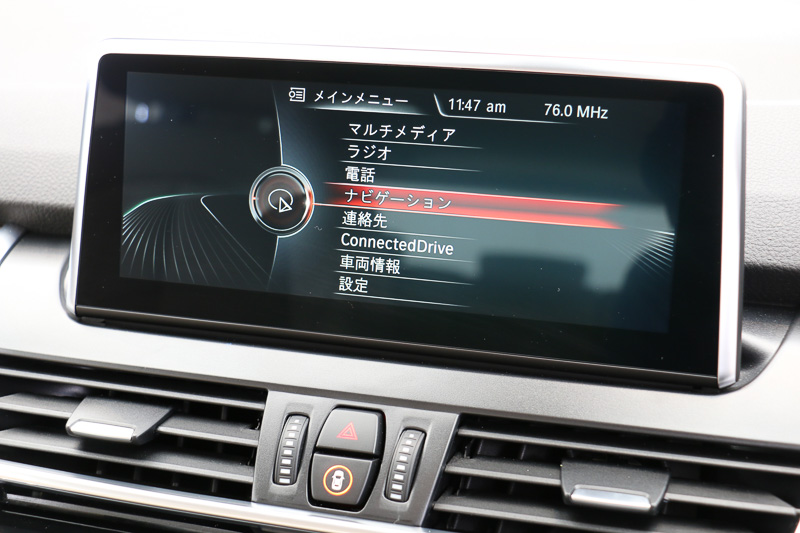 8.8インチ・ワイド・コントロール・ディスプレイはカーナビやオーディオなどの操作に加え、車線逸脱警告システムなど先進安全装備のON/OFF設定なども行なえる