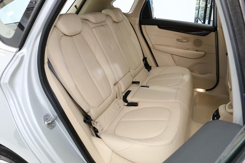 パーフォレーテッド・ダコタ・レザーシートを標準装備。シートカラーはキャンベラ・ベージュ
