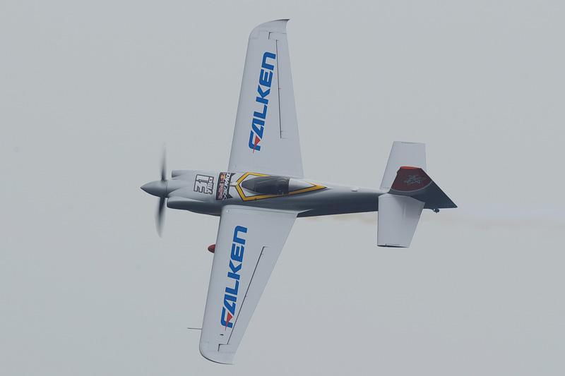 FALKENブランドは「レッドブルエアレース」に参戦する日本人パイロットの室屋義秀選手をサポートしている