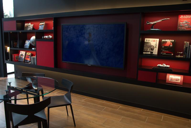 エントランス左側にあるライブラリースペース。モータースポーツへの関わりなども展示する