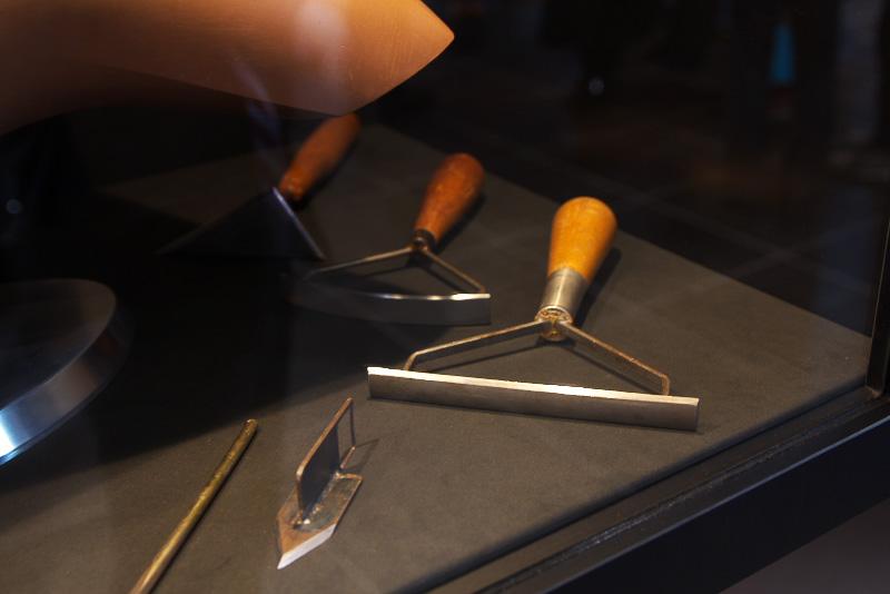 クレイモデルは職人が手で削り出したもの。製作で使う工具も展示されている