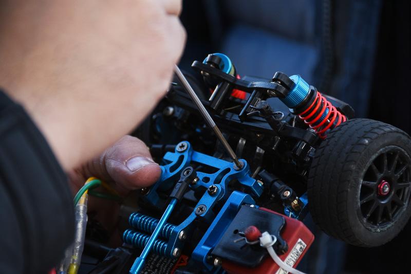 足まわり部分など、衝撃の大きい部分に使用する金属パーツにはネジ止め材を使用することが基本という