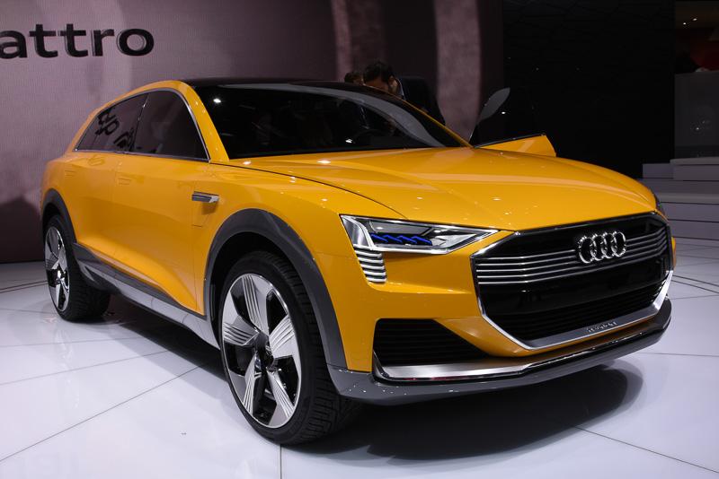 """2014年のロサンゼルスショーでアウディが燃料電池のコンセプトカーを発表したのは記憶に新しい。今回発表された「h-トロン クワトロ」は、フランクフルト・ショーで発表された「e-トロン クワトロ」の燃料電池版であり、2014年当時と比べてさらなる進化を果たしている。1回の給水素で最大600kmの巡行ができ、燃料電池スタックのみで最大150PSの出力を発揮する。リチウムイオン電池からの出力を追加すれば、最大550Nmのトルクを発揮する。駆動方式は、アウディらしく前90kW/後140kWのモーターで4輪を駆動する""""クワトロ""""となる"""