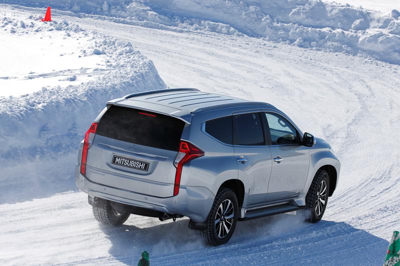 2.0t前後の車両重量を持つパジェロスポーツだが、40:60の不等トルク配分で雪上では軽快な走りを見せる