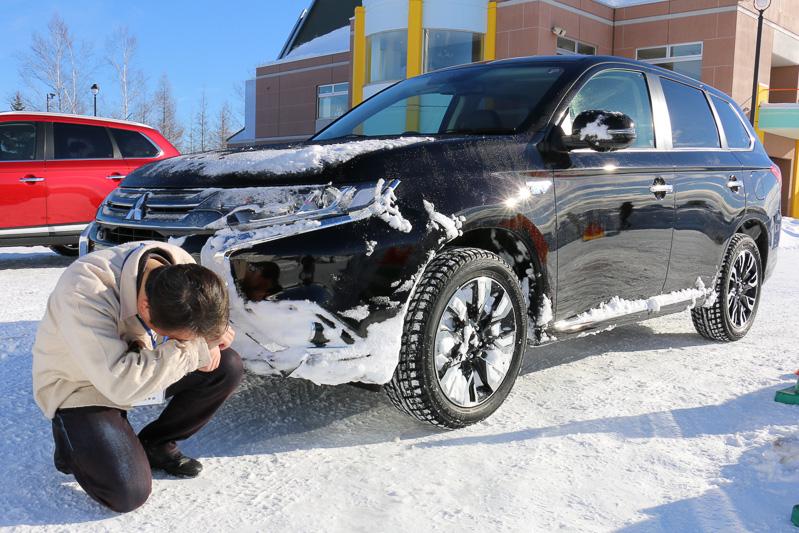 アウトランダーPHEVで先に走った編集者Sは、ストレート後のコーナーでオーバースピード。雪壁に乗り上げてデリカD:5に救援してもらうハメに。哀れアウトランダーPHEVは雪だらけ。反省しなさい
