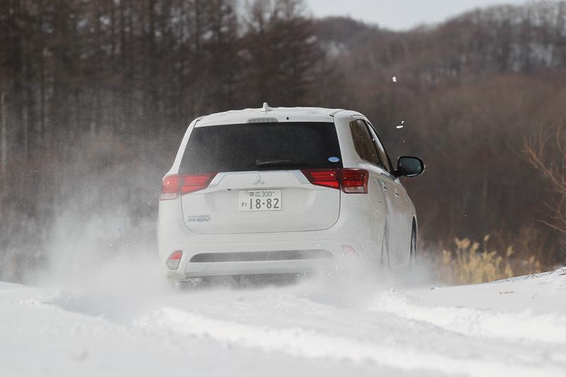 「ラリージャパン」のSS(スペシャルステージ)ともなる平地の林道も走ってみた。こちらもなかなかの深雪だったが、車体を左右に振りながらアウトランダーPHEVはしっかりと走破