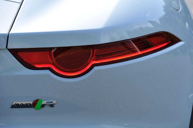 足下はグレーフィニッシュの20インチホイール(タイヤサイズはフロント255/35 ZR20、リア295/30 ZR20)を装着。その奥にオプション設定の「カーボンセラミックブレーキパック2」(130万1000円)がのぞく