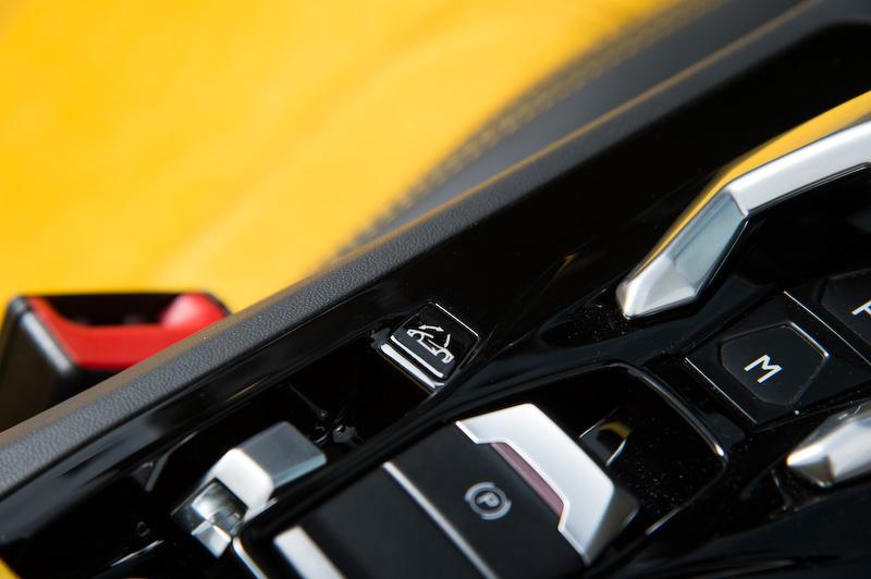 ボディカラーとコーディネートされるインテリア。ステアリングに用意されるボタンで3種類の走行モード(STRADA/SPORT/CORSA)を選択できる