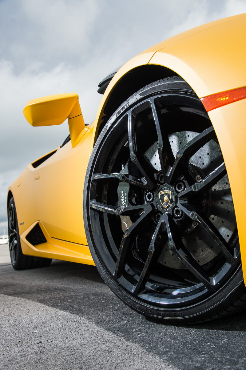 ウラカン LP610-4 スパイダーのパワートレーンは最高出力449kW(610CV)/8250rpm、最大トルク560Nm/6500rpmを発生するV型10気筒5.2リッター。デュアルクラッチタイプの7速LDF(ランボルギーニ・ドッピア・フリッツィオーネ)を介して4輪を駆動し、最高速は324km/h、0-100km/h加速は3.4秒をマーク
