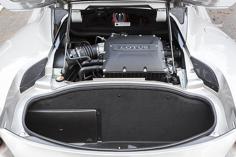 ミッドシップレイアウトのV型6気筒DOHC 3.5リッター「2GR-FE」エンジンは、スーパーチャージャーと水冷式インタークーラーの一新により、56PS/10Nmアップとなる最高出力298kW(406PS)/7000rpm、最大トルク410Nm(40.2kgm)/3000-7000rpmを発生。車両後方側に設定されるラゲッジスペースの容量は160L。パンク修理材が装備されている
