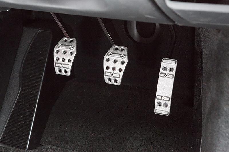 軽量鍛造アルミニウムペダルを全車に標準装備