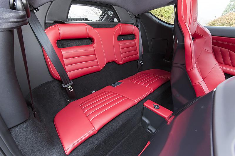 リアシートはクッションを上下2分割にした特徴的な形状。フロントシートは従来より30mm後方までスライド可能となったが、フロントシートを最後端に下げると後席乗員のレッグスペースはほぼ皆無となる