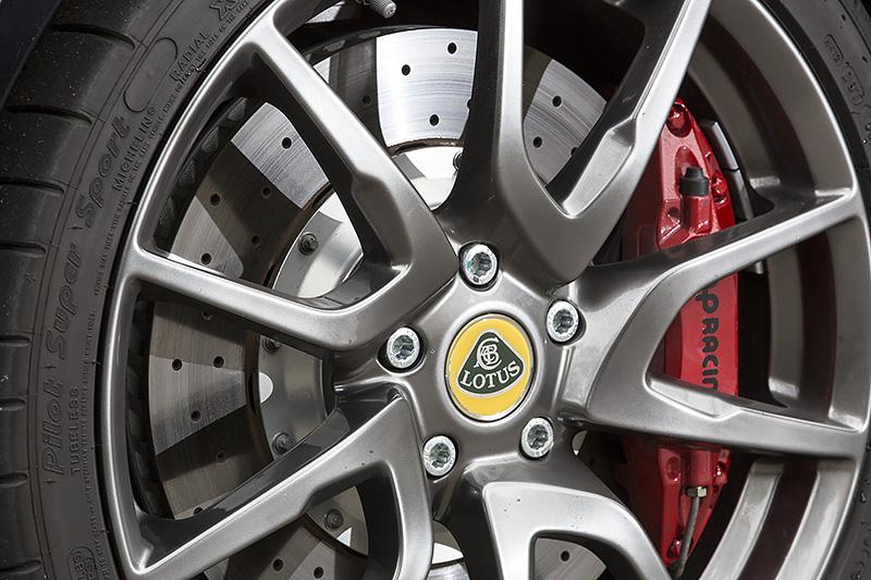 APレーシング製の4ピストンアルミ合金製ブレーキキャリパーを全車標準装備