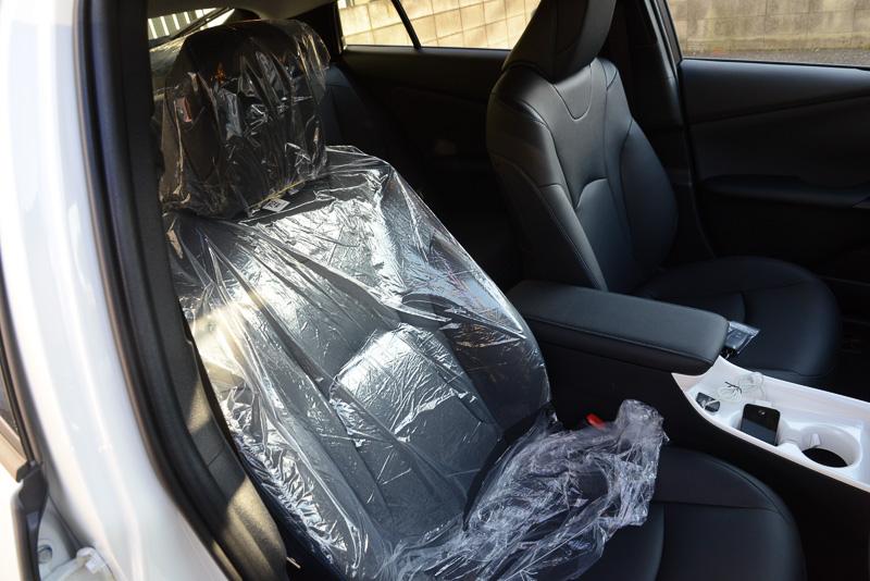 私はシートのカバーは自分で剥ぎ取る派だ