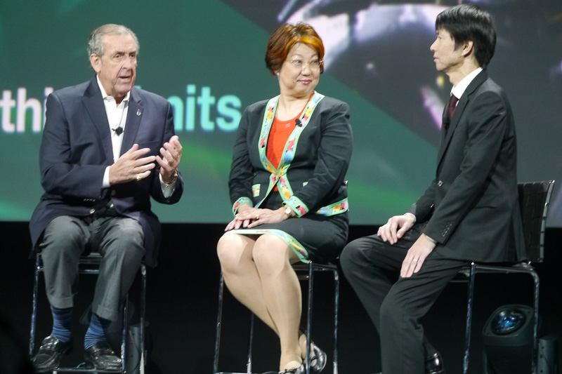 InterConnect 2016での講演において、David Hobbs氏(左)とともに説明を行なう本田技術研究所の中川京香氏(中央)、名田主任研究員