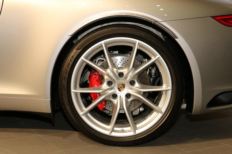911 カレラ S カブリオレの前後タイヤ