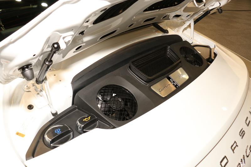 車両後方に搭載する水平対向6気筒3.0リッターツインターボエンジン。1つのインテークからインテーク用とインタークーラー用の外気を分配しながら導入