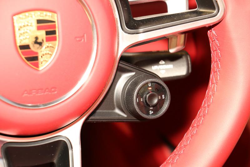 ステアリングにドライビングモードの切り替えスイッチやパドルシフトを設定。7速PDK車は2ペダル