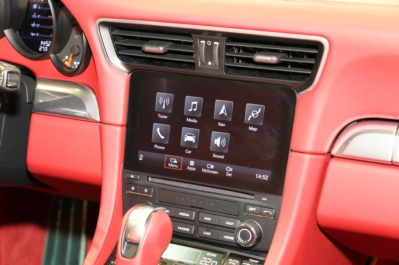7インチのマルチタッチスクリーン。運転中も操作しやすいよう、画面下にハードウエアキーを設置