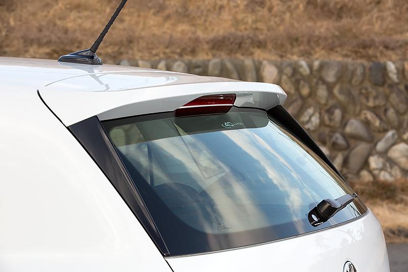 ポロ ブルーモーション専用のリアスポイラー。GTIとサイズは似ているが、側面にまわりこんだデザインはこのモデルだけの特徴
