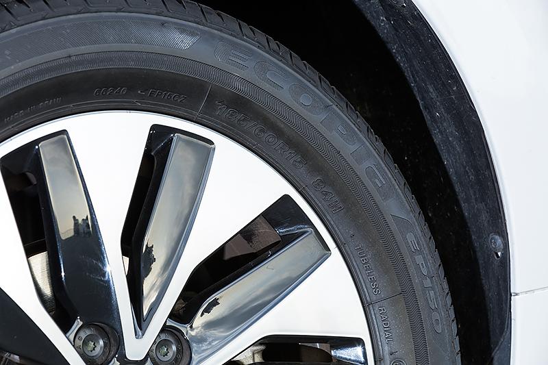 タイヤは185/60 R15のブリヂストン「ECOPIA EP150」