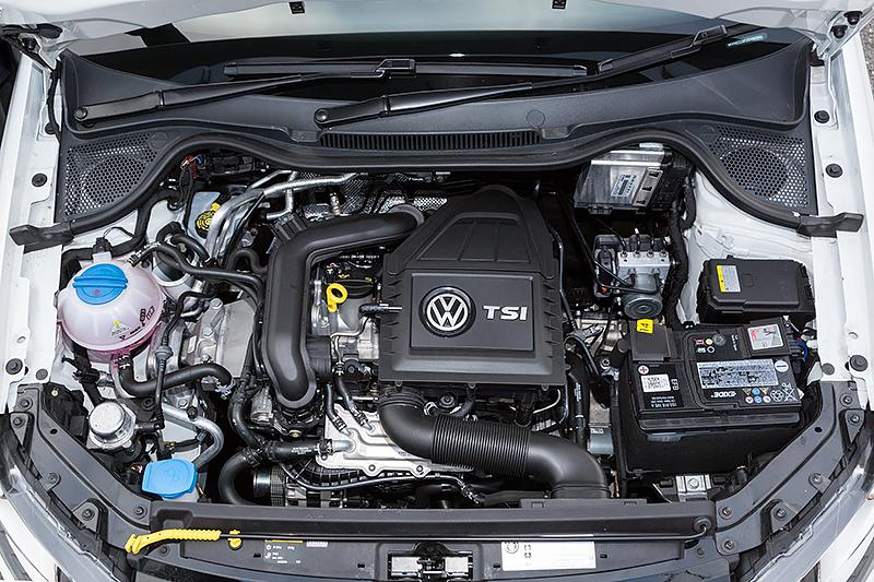 3気筒エンジンは左右幅がコンパクトに感じられる。最高出力は70kW(95PS)/5000-5500rpm、最大トルクは160Nm(16.3kgm)/1500-3500rpm。JC08モード燃費は23.4km/Lをマークする
