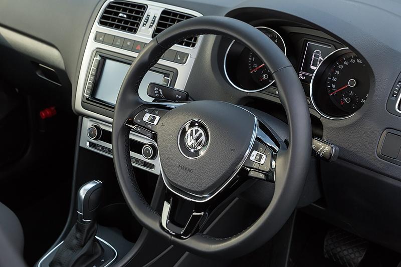 レザーの3本スポークステアリングホイールにはオンボードコンピューターや全車速追従機能付きのACC(アクティブクルーズコントロール)、オーディオなどのサテライトスイッチが並ぶ