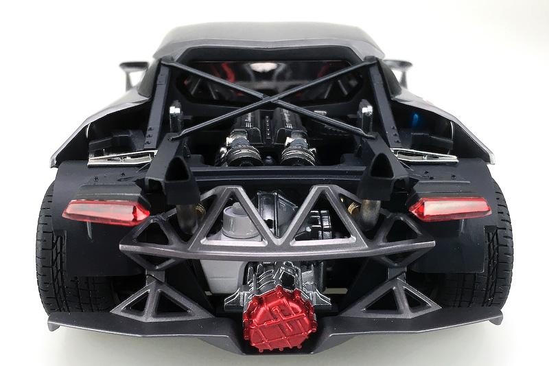 細部まで再現されたV10エンジン