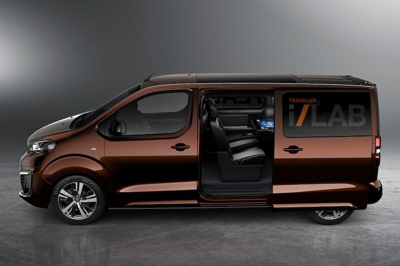 """""""VIP向けシャトル""""としてデビューする「Traveller」(写真左)と、商用車のコンセプトモデル「Traveller i-Lab VIPシャトル 3.0」(写真中、右)"""